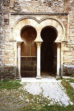 Detalle de la Iglesia de Santiago de Peñalba. Ejemplo de arcos mozárabes y alfiz.