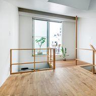 カフェ兼インテリアの雑貨ショップとの併用住宅。敷地面積は45㎡、延床面積は62㎡だが、木造の3フロアで、1階はカフェ兼ショップ、2階はLDKと浴室、...