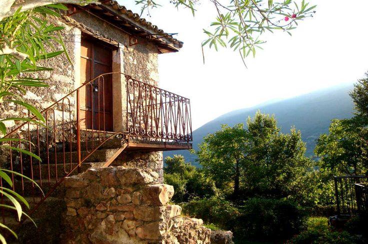 Appartamento in pietra in piccolo borgo a Cottanello con balconcino panoramico, ha un cantina con volta in pietra al piano terra ed un terreno di 1.000 mq