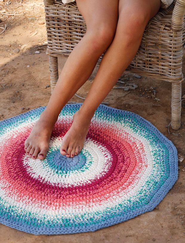 Rigtig fint lille tæppe eller bademåtte hæklet i 3 tråde ren, blød bomuld. Superlækkert at sætte fødderne på om morgenen, når du træder ud af sengen eller badet. Tæppet er 80 cm i diameter, men du kan fortsætte og hækle det endnu større – men skal så beregne mere garn