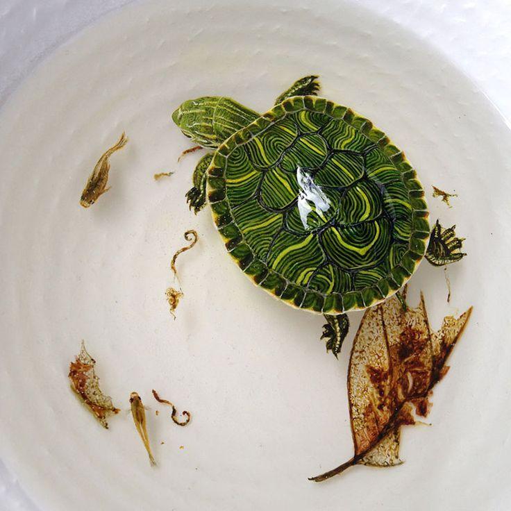 De kunstenaar achterdeze geniale 3D-vissen heeft een eigen techniek, waardoor het lijkt alsof er echt een vis in de kom zwemt. Het materiaal wat op water lijkt, is kunsthars en is tijdelijk vloeibaar en word na het schenken hard. Door laag voor laag alles bij te vullen en alle lagen te beschilderen, krijg je een […]