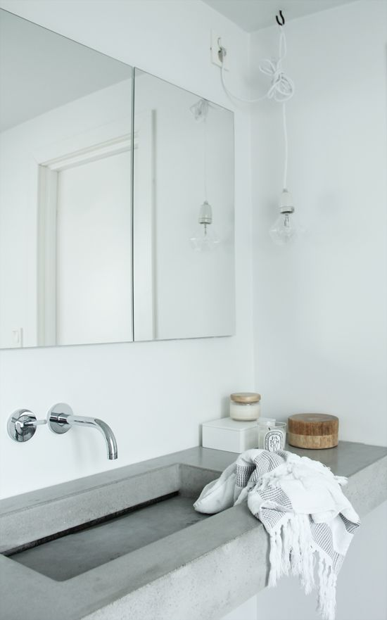 simple white bathroom, concrete sink | Photo Elisabeth Heier