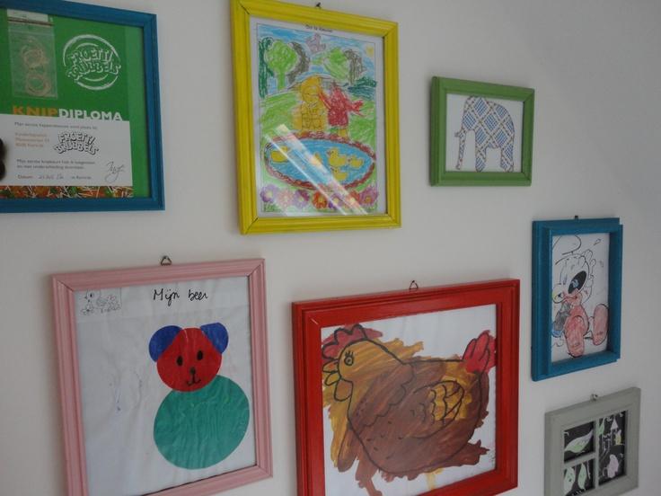 DIY kinderKUNSTwerkjes kindertekeningen in geschilderde oude kadertjes (gevonden in de kringloopwinkel) en geschilderd in felle kleuren