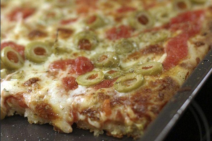 Hum, para mim pizza não tem dia nem hora ruim, topo a qualquer momento. E essa massa é uma daquelas que você vai querer fazer sempre. Ela é grossa, macia, e super deliciosa. Não tem truque nenhum n…