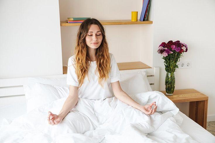 ¿Quieres tener un descanso de mayor calidad por la noche? Existen algunas técnicas para ello. Te presentamos 5 ejercicios de mindfulness para dormir mejor. Hotel Supplies, Luxury Bedding, Linen Bedding, Bed Sheets, Work Wear, Pillows, Mindfulness, Fabric, Cotton