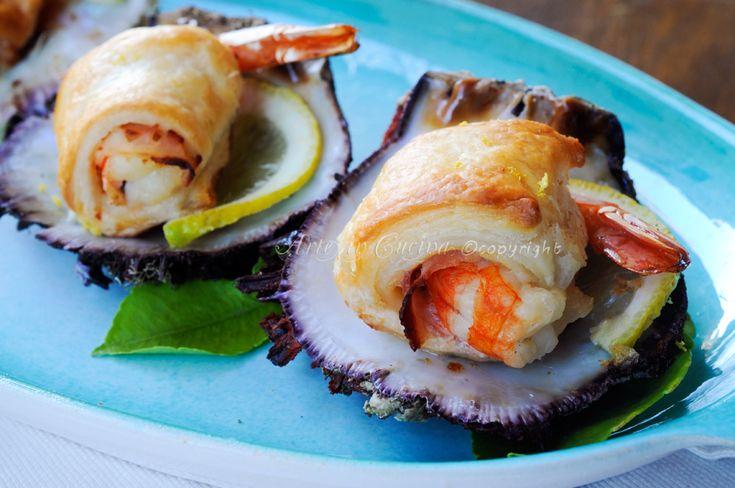 Involtini di gamberi con prosciutto e pasta sfoglia, ricetta facile, veloce, idea antipasto, feste, buffet, ricetta menu a base di pesce, code di gamberi, finger food