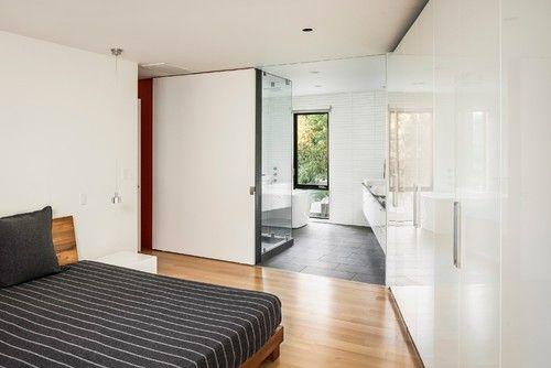 Eine glänzende weiße Fassade reinigen geraden und flachen getäfelten Schränke machen dieses zeitgenössische Schlafzimmer Nässen mit maskulinen und stilvolle Ausstrahlung. Foto: RUFproject