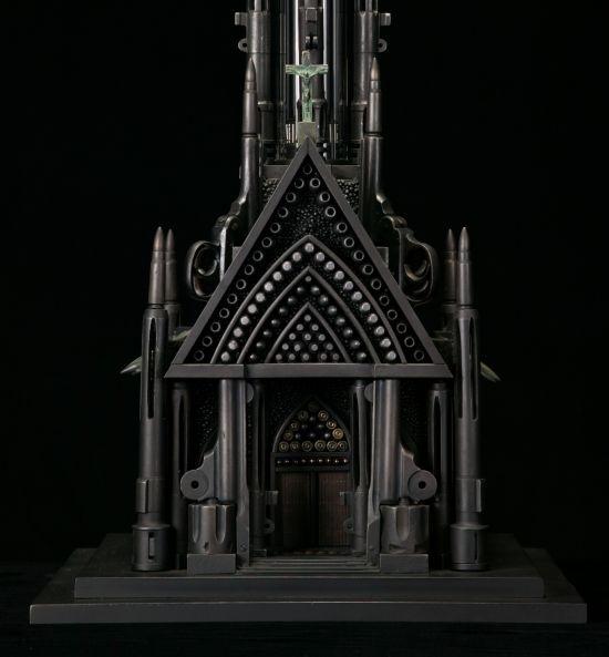 Relicários, mesquitas, catedrais, sinagogas e outros símbolos religiosos nas esculturas feitas com armas e munição de Al Farrow