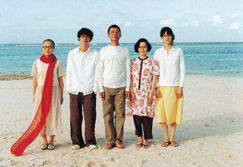 『かもめ食堂』でも有名な荻上直子監督の『めがね』。その名の通り、主演の小林聡美さんと始め、加瀬亮さんなど、出演者全員がめがねをかけている映画です。 舞台は、鹿児島県与論島。浜辺の宿を舞台にストーリーは展開していきます。そんな中で注目なのが、映画の中で数々登場する食事シーン。