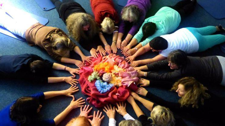 Yoga Tanz Projekt Oldenburg:  Bach Blüten Tänze - Seminar 13 Frauen erkunden die Wirkung der Essenzen tanzend