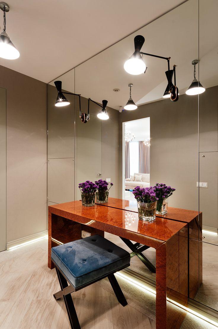прихожая, зеркальная стена, бра на зеркале, консоль, пуф, плитка под дерево на полу
