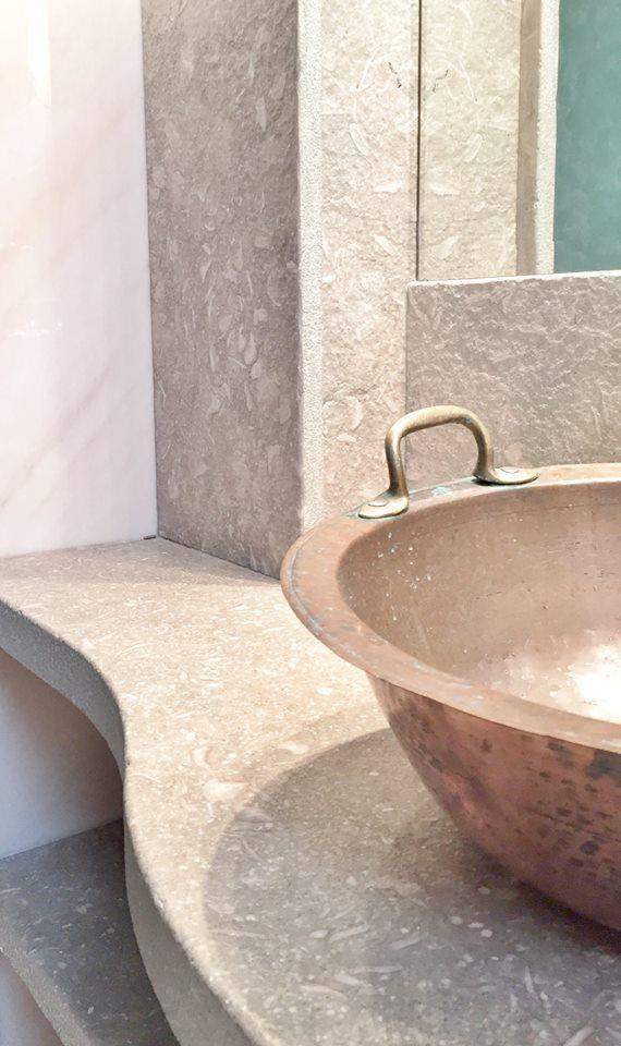 Iδιαίτερος πάγκος μπάνιου και κατασκευή στον τοίχο με μάρμαρο FOSSIL GREEN γεμάτο με απολιθώματα κοχυλιών.Special bathroom counter top and construction on the wall made of FOSSIL GREEN marble full of shell fossils