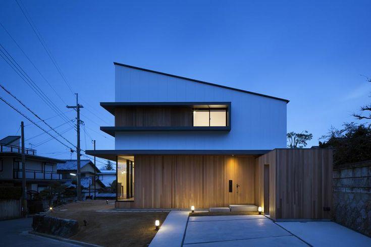 写真:冨田英次 専門家:Den Nen Architectureが手掛けた、片流れ屋根の白い外観(富雄北の家)の詳細ページ。新築戸建、リフォーム、リノベーションの事例多数、SUVACO(スバコ)