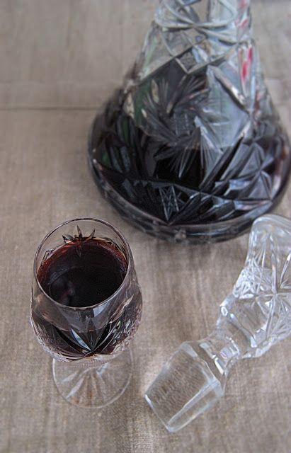 szczypta smaQ: Nalewka z aronii z liśćmi wiśni