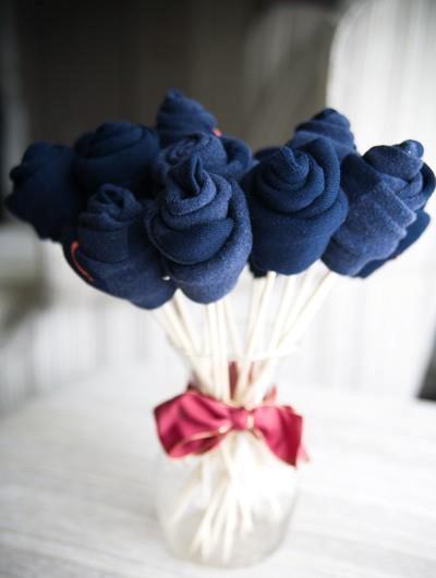 Explore enfeites inusitados! Uma dica interessante é este buquê de flores feito com meias.