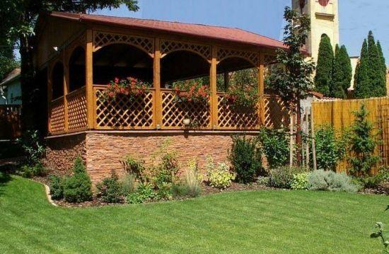 Foisor de gradina din lemn cu balustrada din gratare cu platforma inalta