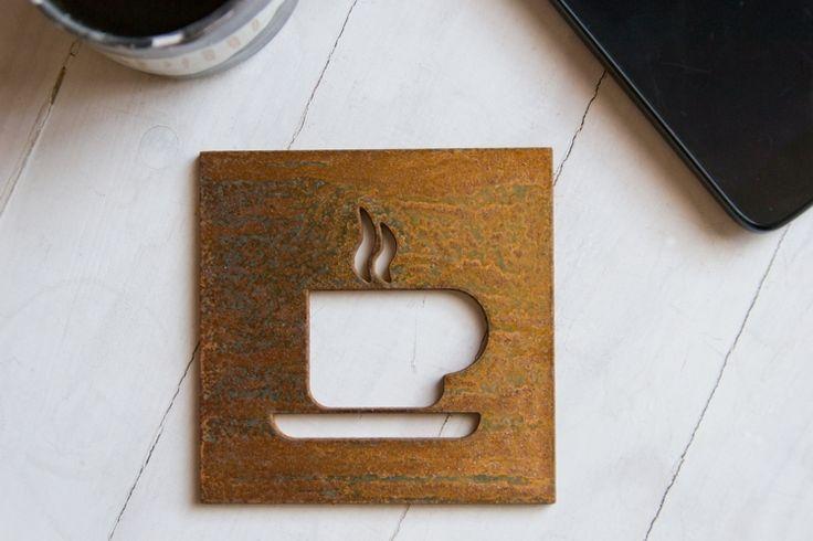 """Dziś mamy przyjemność zaprezentować kolejne trzy tabliczki. Pierwsza to tabliczka """"cafe"""" ze stali Corten ( zdjęcie wykonane po dwóch miesiącach patynowania )."""