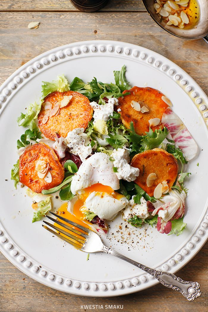 Sałatka z pieczonymi batatami, jajkiem w koszulce i ricottą