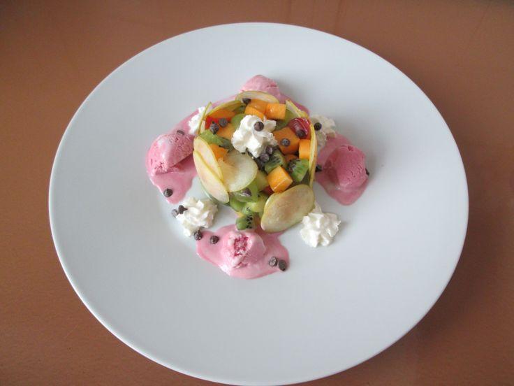 Insalata di frutta  fresca  e gelato  fragola Gino D'Aquino