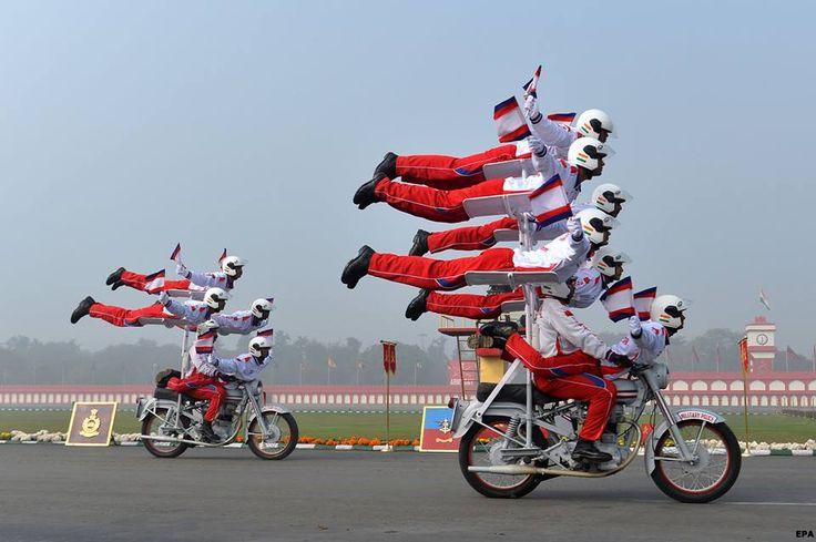 """การแสดงสุดพิเศษประจำปีของทหารอินเดียที่มีชื่อเสียงมาก คือกาการแสดงจักรยานยนต์ผาดโผน เนื่องในโอกาส """"วันกองทัพอินเดีย"""""""