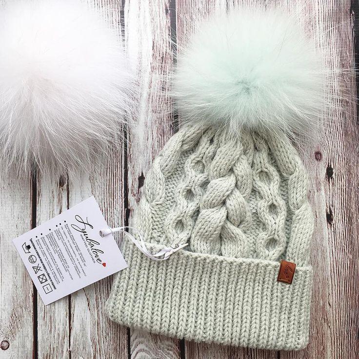 Шапочка из итальянского мериноса с помпоном из финского енота- это просто бомбическая смесь✌️Вообще цвет шапочки светло-серый, но какой-то он не однозначный #lyubalove #теплоимодно #зимняяодежда ______________ ✅Состав: меринос 100% Размер: 55-58см Цена: 2400₽ с помпоном _____________ Помпон можно выбрать  @pompon_na_shapku #lyubalove_вналичии