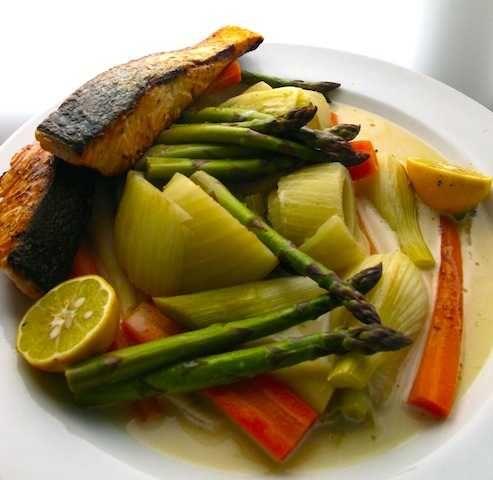 Grönsaker i smörad sky till stekt lax | Recept på Taffel
