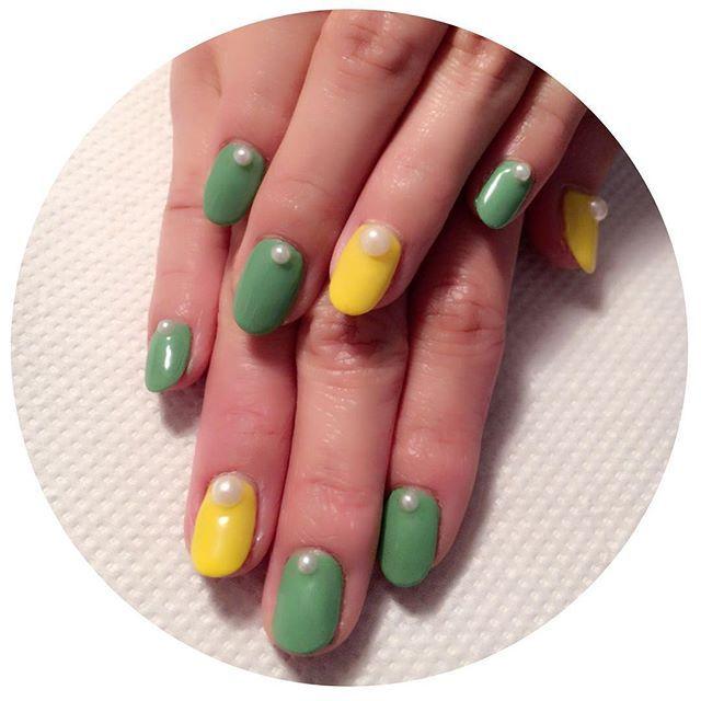 今日は初めて緑を使ったネイル💁春っぽくないよねー緑わーとこ話してたけど、春っぽく仕上がりました👏❤️名付けて「たんぽぽネイル」 , #たんぽぽ #ネイル #春 #緑 #黄色 #パール #兎のしっぽ #パーツ #たんぽぽネイル #かわいい #nail #ジェルネイル #gel #green #yellow #white #perl #parts #100 #followme #follow #self #セルフネイル #セルフネイル部 #プライベートネイル #aya #carat
