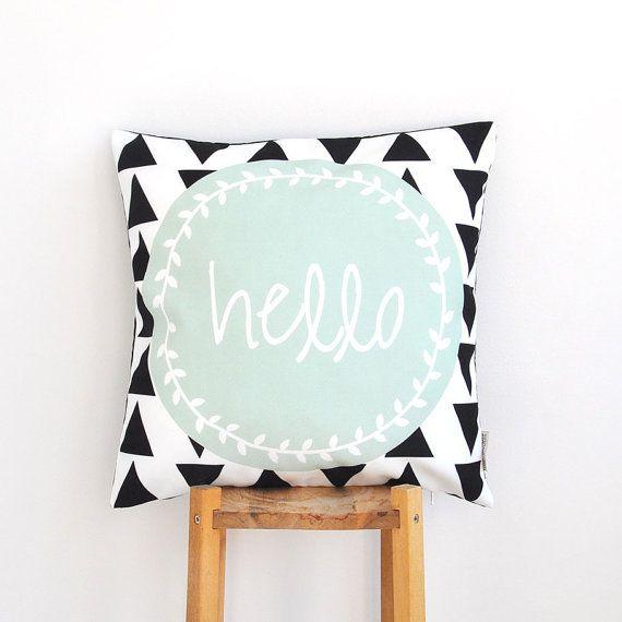 Mint geometrische, moderne decoratieve kussensloop met zwarte driehoekjes & Hallo afdrukken.  Deze mooie kussensloop maakt een perfecte gift, evenals een mooie touch voor uw huis gezellig! Het zal geweldig op een bank, een bed, een stoel of in uw kinderkamer!  Andere decoratieve kussens: http://www.etsy.com/shop/LoveJoyCreate?section_id=13178461  - - - - - - - - - - - - - - - - - - - - - - - - - - - - - - - - - - - - - - - - - - - - - - - - - - - - - - - - - - -  Kussensloop:  * 16 x 16 / 40…