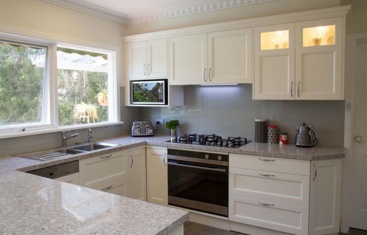 Traditional kitchen. Glass splashback. www.thekitchendesigncentre.com.au