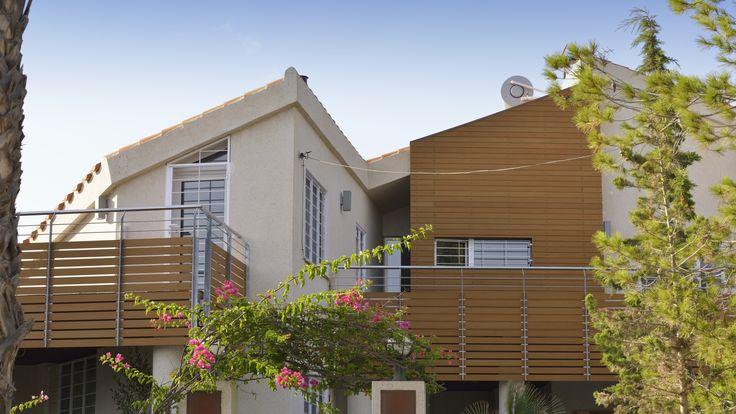 Reforma vivienda chalet. Exterior fachada, madera sintética Resysta.