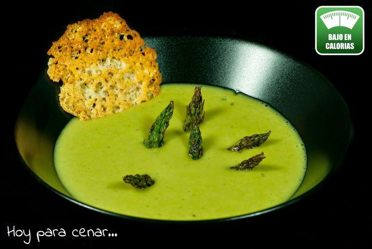 Hoy para cenar...: Crema de esparragos verdes y albahaca con crujiente de queso...