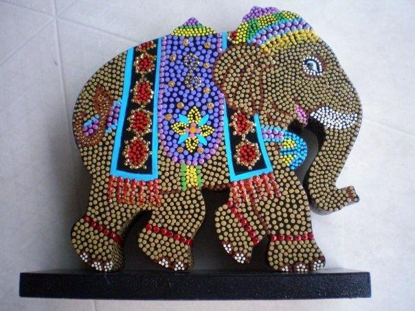 Elefante pintado en madera.