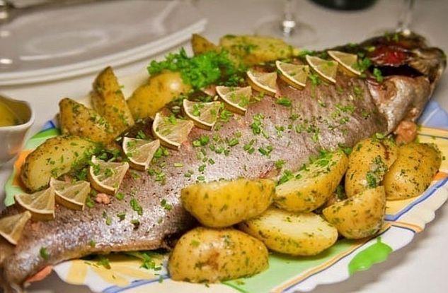 1. Рыба, запеченная в фольге в духовке Фольга – отличное изобретение человечества – защищает пищевое сырье, как посуда, но не имеет отрицательных сторон. Фольга не окисляется, она компактна, легка, сохраняет полезные вещества в продукте, обеспечивает непревзойденный аромат рыбному блюду без в