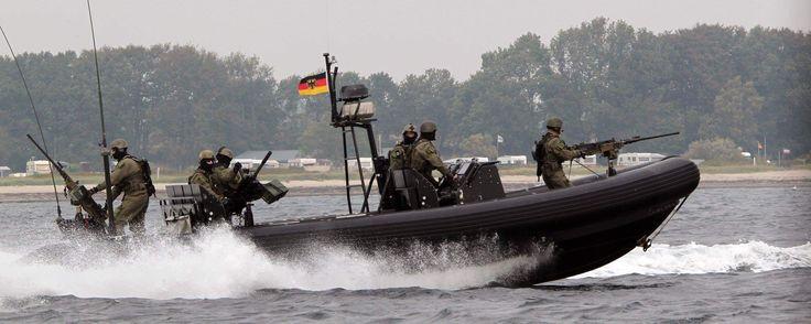 Das Special Boat Team der Kampfschwimmer auf einem RHIB (Rigid-Hulled Inflatable Boat) in der Eckernförder Bucht.   (Foto: Bundeswehr/Andrea Bienert)  #GermanNavySeals #Bundeswehr #Germany #Kampfschwimmer #Frogmen #Marine #KSM #SpecialForces