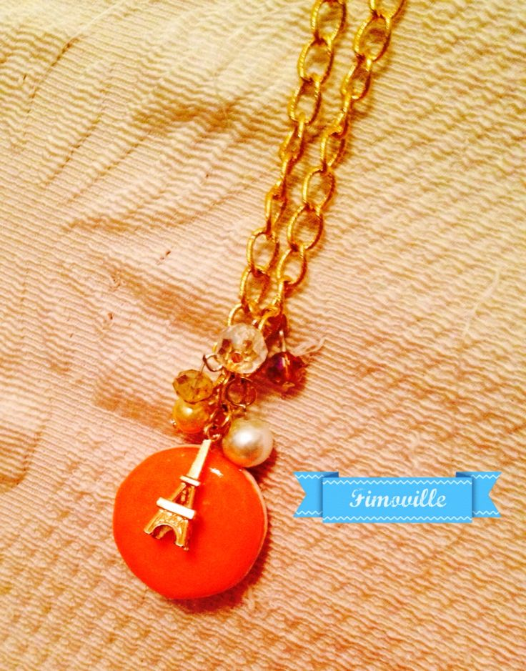 "Collana lunga con catena dorata ""Parigi in love"" con perle,ciondolo macarons in fimo e charms."