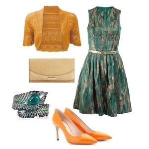 С чем носить оранжевые туфли: изумрудное платье
