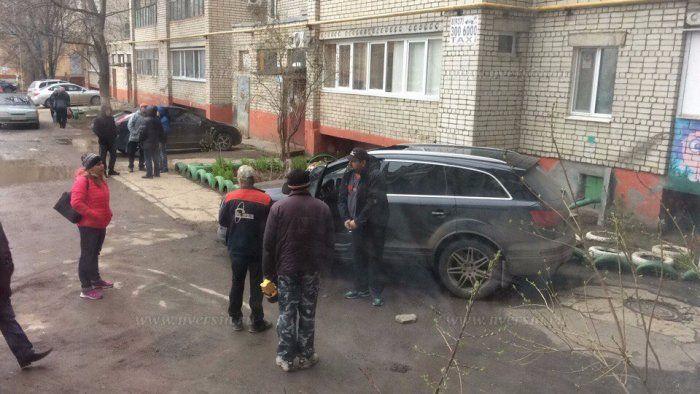 В Балаково фрагмент дома упал на крышу Audi Подробнее http://www.nversia.ru/news/view/id/104045 #Саратов #СаратовLife