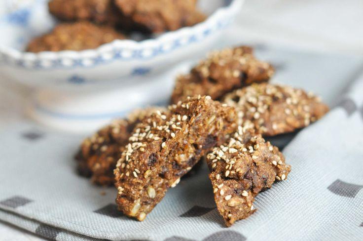 Super lækre rugbrødssnacks fyldt med mandler, rosiner og chokolade. Bollerne er hurtige at lave og gode som snacks til madpakke og ulvetime.
