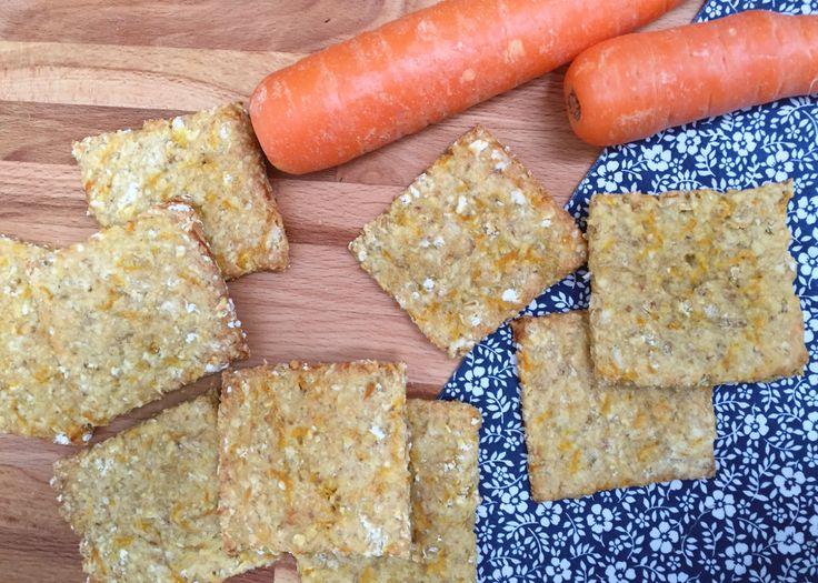 Gulerodsknækbrød. 30 stk. 3,5 dl havregryn 3 dl hvedemel (eller speltmel) 1 spsk. sukker eller honning 1/2 tsk. bagepulver 1/2 tsk. salt 1 æg 1 dl mælk (en blanding af yoghurt naturel og vand kan også bruges) 2 spsk. olie 1 fintrevet gulerod