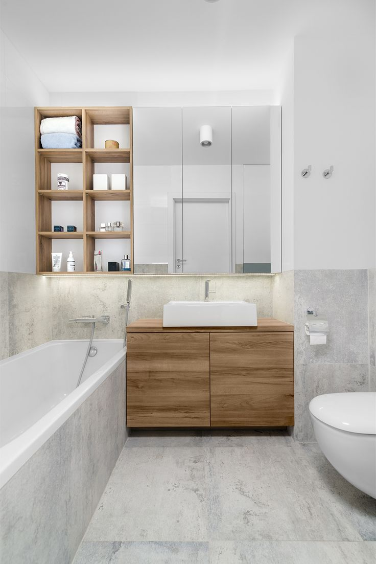 חדר רחצה: לבן, שיש לבן ועץ אלון לבן מעבר לים: הצצה לדירה טרנדית בפולין | בניין ודיור
