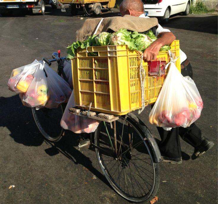 Zi Fonz  consegna i suoi prodotti porta a porta.  Usa la bicicletta, dopo averla caricata fino ad un quintale, ed è sempre puntuale, lui non resta bloccato nel traffico. E' un esempio che dovrebbero seguire anche i nostri ministri.