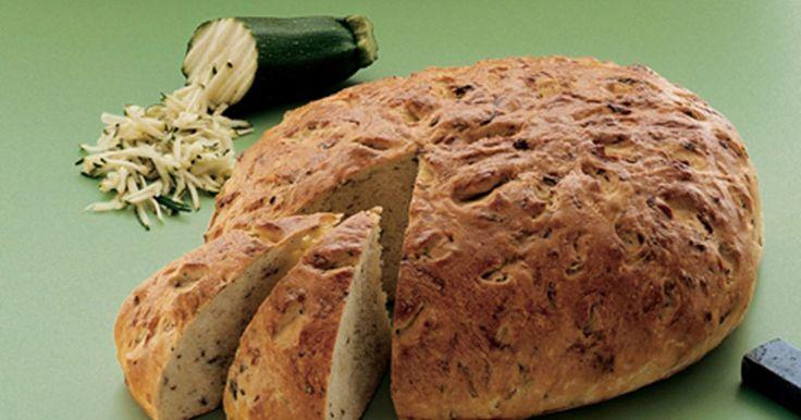 Mangler du en lækker opskrift på et smagfuldt brød? Så prøv dette squashbrød. Brødet indeholder groftrevet squash, ylette og har en frisk smag af persille.