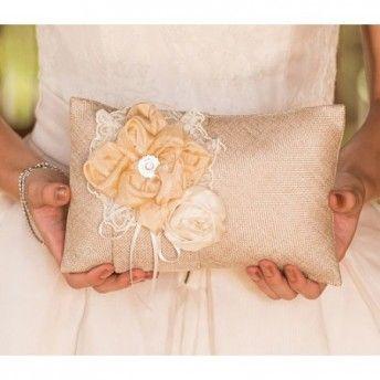 Cuscino portafedi per un matrimonio in stile romantic chic