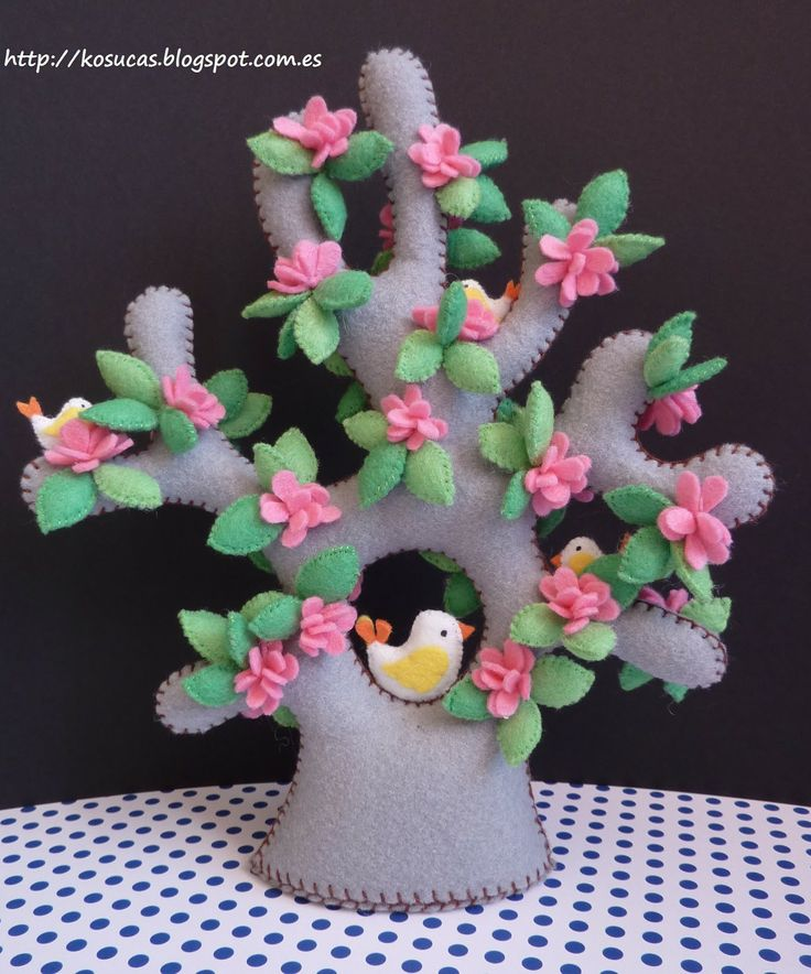Kosucas: Arbol de fieltro, parte 2.  This is a charming little felt tree with flowers and a sweet birdie.