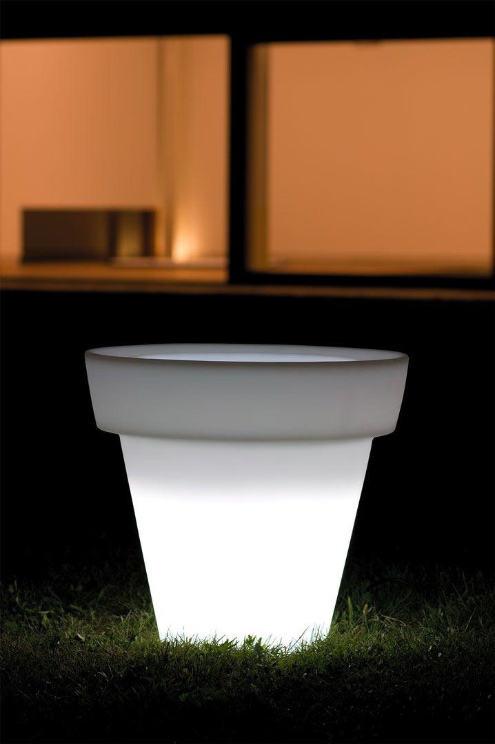 Mirage lighting by 21ST. Raffinato vaso in polietilene con luce. L'essenzialità si è materializzata in Mirage, una semplicità che quasi ci stupisce nella sua bellezza. La versione illuminata può essere arricchita dall'utilizzo della piastra in acciaio inox, che rende l'intera struttura ancorata e fissa sul terreno o sulla pavimentazione.
