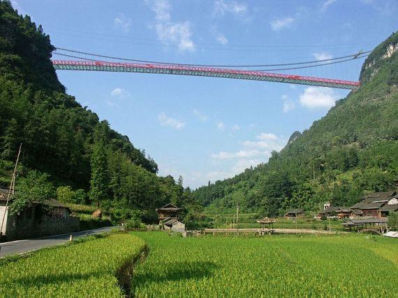 A ponte suspensa mais alta do mundo localiza-se na China e denomina-se de ponte Aizhai. Este é mais um recorde mundial na engenharia civil .