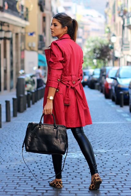 trendy_taste-look-outfit-street_style-AW13-gabardina_roja-red_raincoat-michael_kors-black_leather_handbag-bolso_piel_negro-leo_slippers-slip...