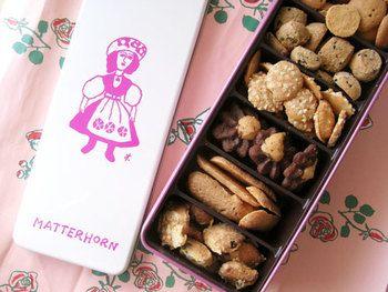 鈴木信太郎画伯の描いた女の子がピンクと白の2色のみで描かれていて、古いのに新しい感じがするこのお菓子は「マッターホーン」のクッキー缶。1952年創業の、東横線学芸大学にあるお菓子屋さんです。素朴な味わいのクッキーは相手を選ばず喜んでもらえそうです。