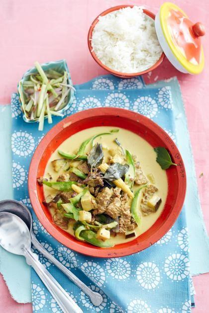 Grünes Rindfleisch-Curry mit Gurkensalat Thailändischer Klassiker mit zartem Rindfleisch, Kokosmilch und Gemüse.