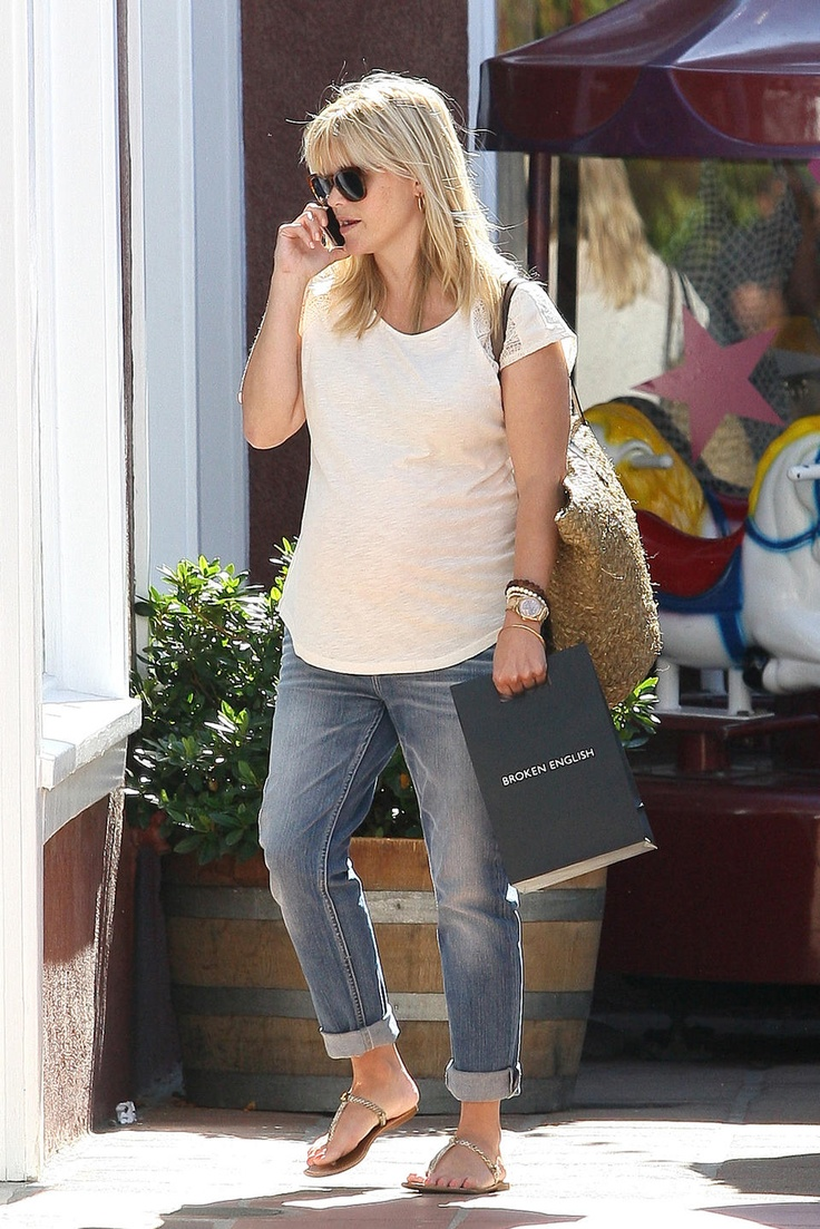 Reese Witherspoon and her bump sport a casual cool outfit #maternity #pregnancyfashion